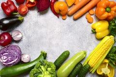 Fondo dell'alimento con le verdure variopinte pomodoro, barbabietola, campana fotografia stock libera da diritti