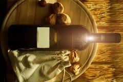 Fondo dell'alimento con vino rosso, noci Fotografia Stock