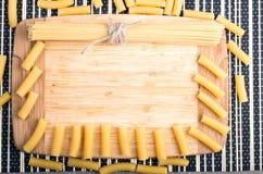 Fondo dell'alimento dei bordi di legno decorati con pasta Fotografie Stock Libere da Diritti