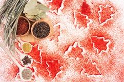 Fondo dell'alimento di Natale - spezie asciutte differenti in ciotole di legno sul modello rosso degli alberi di Natale, vista su Immagini Stock Libere da Diritti