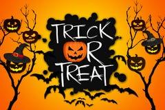 Fondo dell'arancia dei pipistrelli delle zucche di Halloween dell'albero di scherzetto o dolcetto Fotografie Stock Libere da Diritti
