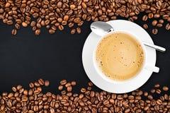 Fondo dell'ardesia dei chicchi di caffè fotografie stock