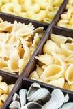 Fondo dell'assortimento della pasta Pasta in una scatola di legno Immagini Stock