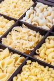 Fondo dell'assortimento della pasta Pasta in una scatola di legno Fotografie Stock