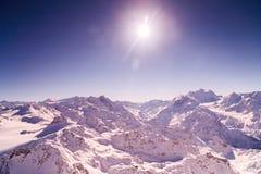 Fondo dell'estratto del bokeh del fascio del sole delle nuvole del vento delle montagne del cielo di inverno estremamente altamen Fotografia Stock