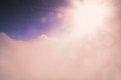 Fondo dell'estratto del bokeh del fascio del sole delle nuvole delle montagne del cielo di inverno estremamente altamente Fotografia Stock
