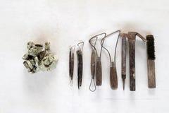 Fondo dell'insieme di strumenti della scultura Strumenti del mestiere e di arte su un fondo bianco fotografia stock libera da diritti