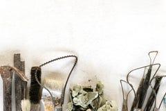 Fondo dell'insieme di strumenti della scultura Strumenti del mestiere e di arte su un fondo bianco immagine stock libera da diritti