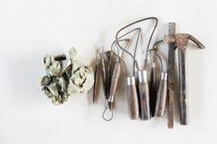 Fondo dell'insieme di strumenti della scultura Strumenti del mestiere e di arte su un fondo bianco fotografia stock