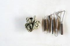 Fondo dell'insieme di strumenti della scultura Strumenti del mestiere e di arte su un fondo bianco immagini stock libere da diritti