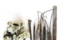 Fondo dell'insieme di strumenti della scultura Strumenti del mestiere e di arte su un fondo bianco immagine stock