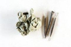 Fondo dell'insieme di strumenti della scultura Strumenti del mestiere e di arte su un fondo bianco fotografie stock