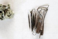Fondo dell'insieme di strumenti della scultura Strumenti del mestiere e di arte su un fondo bianco immagini stock