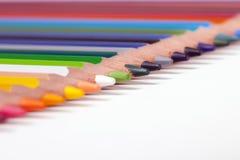 Fondo dell'ufficio, multi matite colorate in una fila Immagini Stock Libere da Diritti