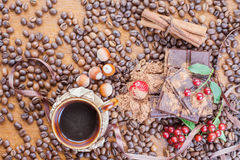 Fondo della barra di cioccolato, tazza di caffè, nocciole, per la festa Fotografie Stock