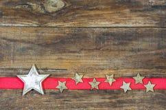 Fondo della cartolina di Natale con le stelle sul confine rosso del nastro Fotografia Stock Libera da Diritti