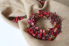 Fondo della corona di Natale Materiali della natura Atmosfera di tempo di Chrismas Immagine Stock