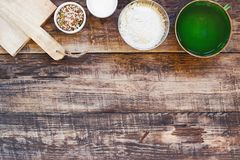 Fondo della cucina con gli ingredienti organici per cottura tradizionale fotografia stock