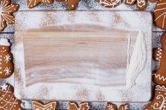 Fondo della cucina di Natale con l'inquadramento dei biscotti del pan di zenzero Immagine Stock