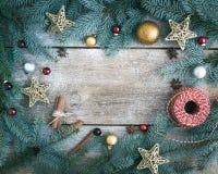 Fondo della decorazione di Natale (nuovo anno): rami dell'pelliccia-albero, g Immagine Stock Libera da Diritti