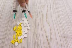 Fondo della farmacia su una tavola nera Compresse su un fondo nero Medicina delle pillole e sano Chiuda in su delle capsule K dif fotografia stock