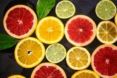 Fondo della frutta dalle varie fette di agrume Fotografia Stock