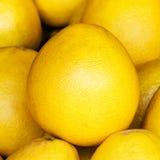 Fondo della frutta del pomelo. Frutta del pomelo su un mercato Immagini Stock