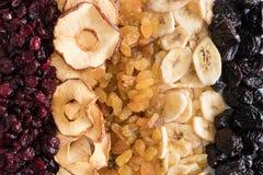 Fondo della frutta secca Mirtilli rossi, mele, uva passa, banane, prugne immagine stock libera da diritti