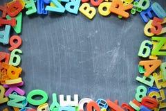 Fondo della lavagna con i blocchetti colorati della lettera come struttura Fotografie Stock