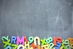 Fondo della lavagna con i blocchetti colorati della lettera come struttura Immagine Stock Libera da Diritti