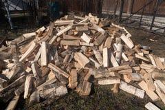 Fondo della legna da ardere - legna da ardere tagliata su una pila La legna da ardere tagliata asciutta collega un mucchio Prepar fotografia stock libera da diritti