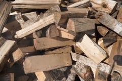 Fondo della legna da ardere - legna da ardere tagliata su una pila La legna da ardere tagliata asciutta collega un mucchio Prepar fotografia stock