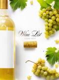 Fondo della lista di vino; uva bianca e bottiglia di vino dolci fotografie stock libere da diritti