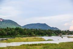 Fondo della montagna e del fiume con il cielo fotografie stock