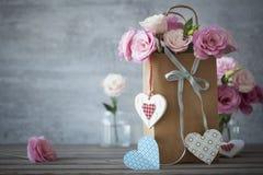 Fondo della natura morta dell'amore con le rose fotografie stock
