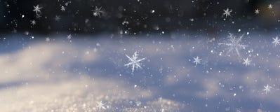 Fondo della neve di inverno, colore blu, fiocchi di neve, fondo della neve di inverno, colore blu, fiocchi di neve, luce solare,  fotografie stock