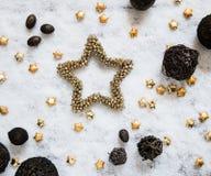 Fondo della neve di inverno con le stelle dorate e le strutture naturali rotonde Fotografia Stock Libera da Diritti