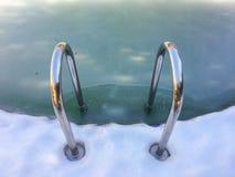 Fondo della neve vicino alla piscina fotografia stock libera da diritti
