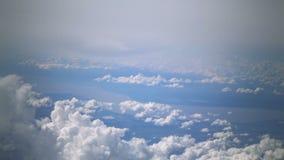 Fondo della nuvola e del cielo blu fuori dell'aeroplano del passeggero, volante attraverso le nuvole - la vista attraverso la fin archivi video