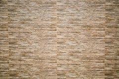 Fondo della parete di pietra artificiale con le bande orizzontali di colore marrone e lilla immagini stock