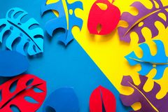 Fondo della pianta tropicale di estate Monstera lascia la struttura Colori vibranti stile del taglio della carta Disposizione pia Immagini Stock Libere da Diritti