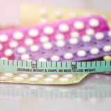 Fondo della pillola anticoncezionale nel concetto di nessun effetto di obesit? immagine stock libera da diritti