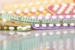 Fondo della pillola anticoncezionale nel concetto di nessun effetto di obesit? fotografie stock