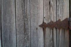 Fondo della plancia di Grey Wood con la sovrapposizione decorativa arrugginita Immagine Stock