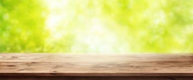 Fondo della primavera con la tavola di legno Immagini Stock Libere da Diritti