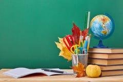 Fondo della scuola Di nuovo al banco fotografia stock libera da diritti