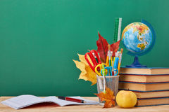 Fondo della scuola Di nuovo al banco fotografia stock