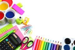 Fondo della scuola matite colorate, penna, dolori, carta per la scuola e istruzione dello studente isolati su bianco Fotografie Stock