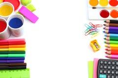 Fondo della scuola matite colorate, penna, dolori, carta per la scuola e istruzione dello studente isolati su bianco Fotografia Stock Libera da Diritti