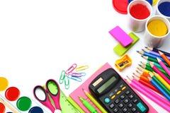 Fondo della scuola matite colorate, penna, dolori, carta per la scuola e istruzione dello studente su bianco Immagini Stock